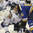 Brian Boyle (alors au Tampa Bay Lightning) à la lutte avec Jori Lehtera des St Louis Blues le 1er décembre 2016 en NHL.
