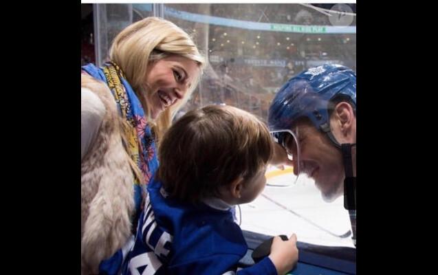 Brian Boyle avec sa femme Lauren et l'un de leurs deux enfants, photo de profil Twitter.