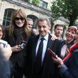 Nicolas Sarkozy et sa femme Carla Bruni-Sarkozy votent pour le second tour des élections présidentielles au lycée La Fontaine à Paris le 7 mai 2017.