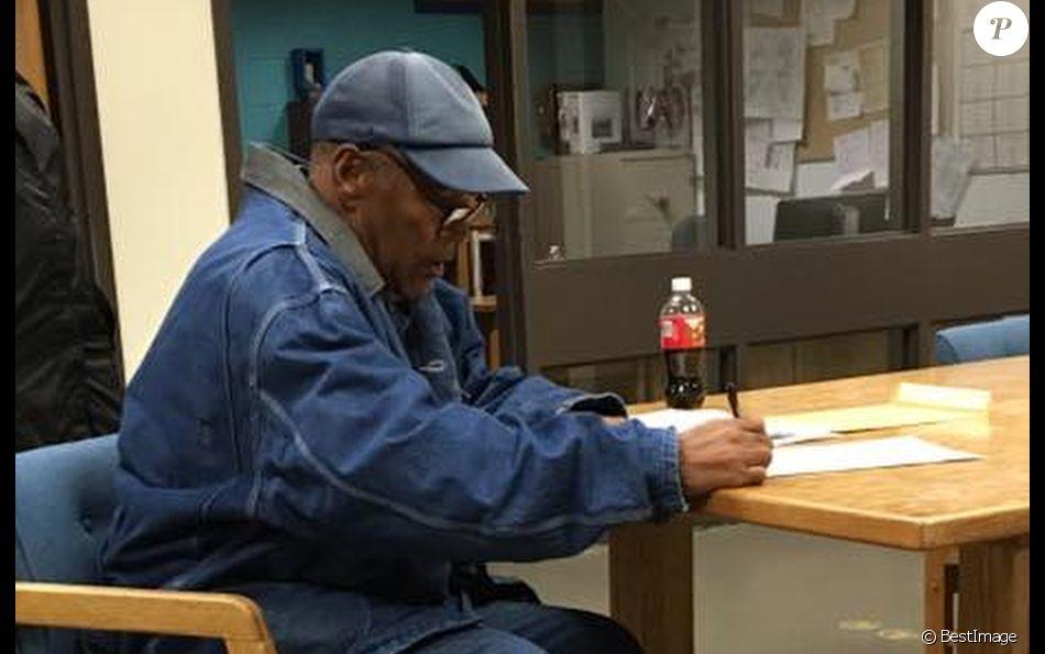 O.J. Simpson signe des papiere avant sa sortie de prison le 1er octobre 2017.