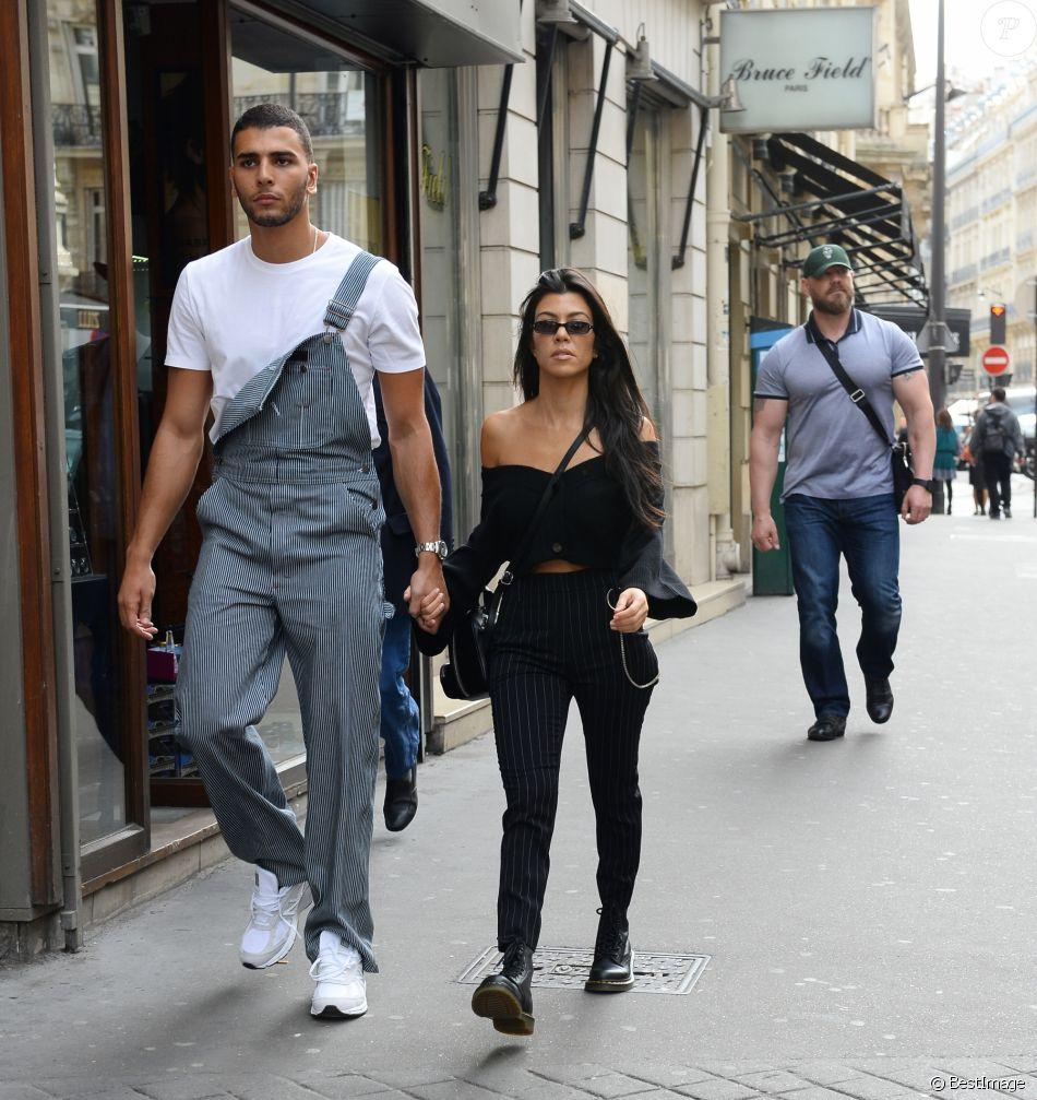 Kourtney Kardashian et compagnon Younes Bendjima se baladent main dans la main à Paris le 29 septembre 2017.