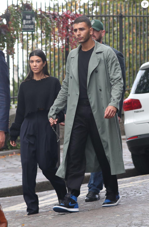 Kourtney Kardashian et compagnon Younes Bendjima se baladent main dans la main dans le quartier de Montmartre entourés de leurs gardes du corps et suivis par de nombreux fans à Paris le 30 septembre 2017. Ils ont découvert la célèbre place du Tertre et ses artistes.