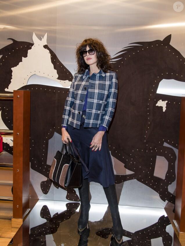 """Isabelle Adjani - Tod's dévoile sa nouvelle collection de sacs à main Pop Up """"Sella"""" dans sa boutique rue du Faubourg-Saint-Honoré à Paris, France, le 2 octobre 2017. © Pierre Perusseau/Bestimage"""