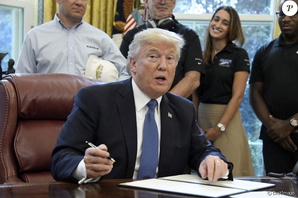 Donald trump dans le bureau ovale de la maison blanche à washington