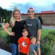 Tiffany Thornton pose avec ses deux fils et son mari Josiah Capaci. Août 2017