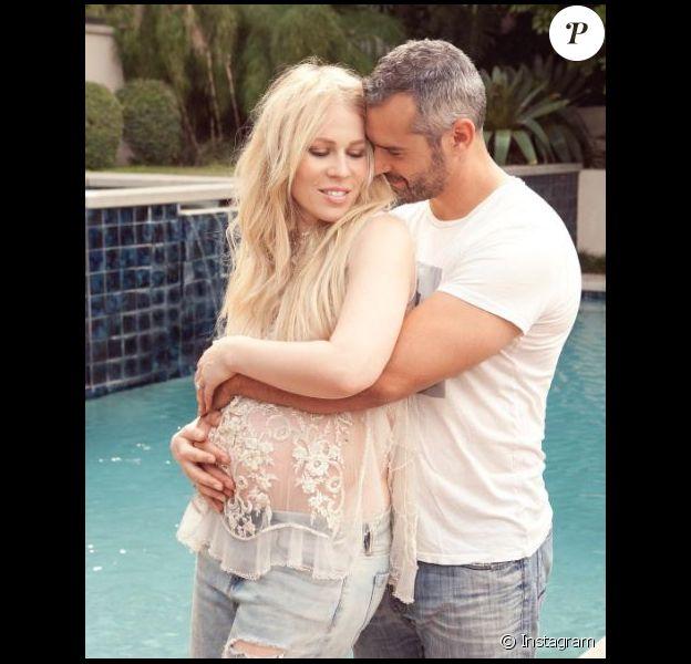 Natasha Bedingfield pose, enceinte, avec son mari. Instagram, octobre 2017