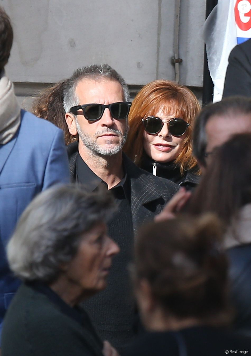 Mylène Farmer et son compagnon Benoît Di Sabatino lors des obsèques de Jean Rochefort en l'église Saint-Thomas d'Aquin à Paris, le 13 octobre 2017.