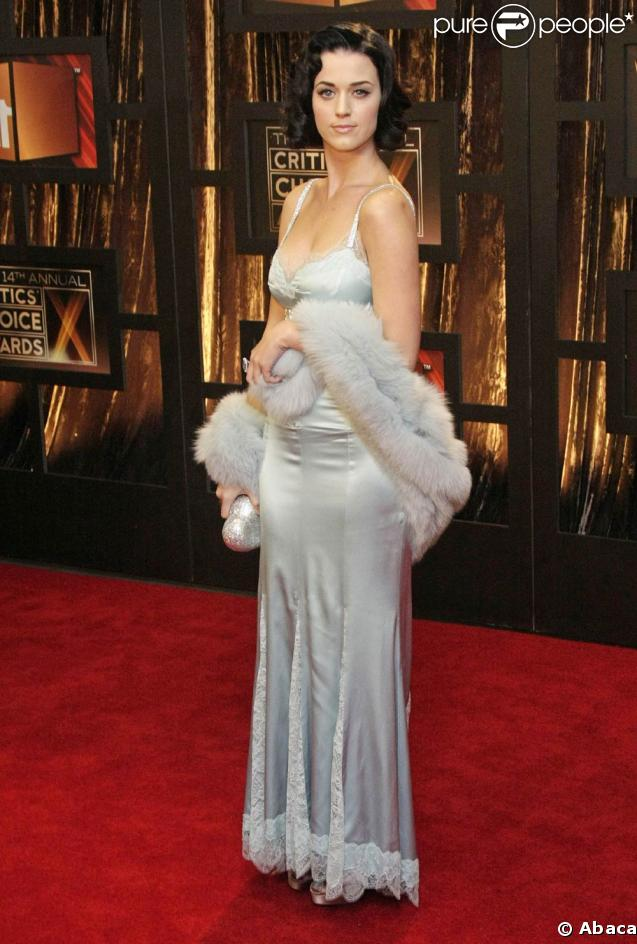 Katy Perry absolument divine, en version vamp, avec sa robe longue à fines bretelles et sa chevelure noire brillante...