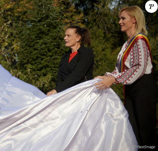 La princesse Stéphanie de Monaco et Gabriela Firea, maire de Bucarest, lèvent le voile sur une statue de Rainier III au Parc du Cirque à Bucarest le 4 octobre 2017.