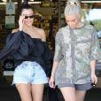 """Les soeurs Kim Kardashian et Kourtney Kardashian se baladent et font du shopping ensemble chez BuyBuy Baby à Calabasas. Le 9 octobre 2017."""