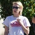 Emma Roberts fait du shopping dans les rues de Beverly Hills. L'actrice porte sa bague de fiançailles. Le 17 octobre 2017.