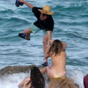 Kate Upton : Ultrasexy à la plage, le top model trébuche sur un rocher
