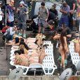 Exclusif - Terry Richardson (en haut, à gauche) assiste au tournage d'un clip de la chanteuse Anitta à Rio de Janeiro, le 20 août 2017.