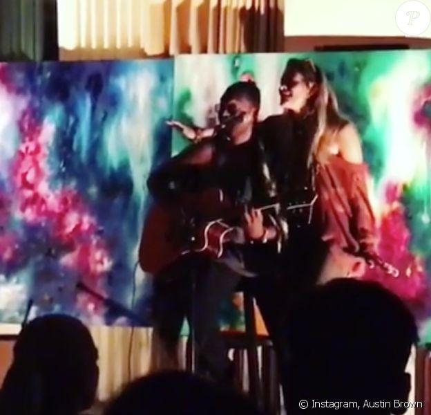 """Austin Briown rejoint sur scène par sa cousine Paris Jackson pour chanter """"Smile"""", au Soho House à Los Angeles, octobre 2017."""