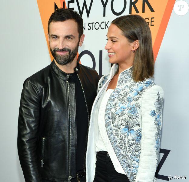 """Nicolas Ghesquière et Alicia Vikander assistent au vernissage de l'exposition """"Volez, Voguez, Voyagez"""" de Louis Vuitton à l'American Stock Exchange. New York, le 26 octobre 2017."""