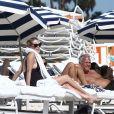 Sharon Stone profite d'une belle journée ensoleillée en compagnie d'amis sur une plage à Miami, le 5 novembre 2017.