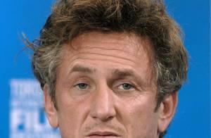 Sean Penn surpris au lit avec 2 poupées russes