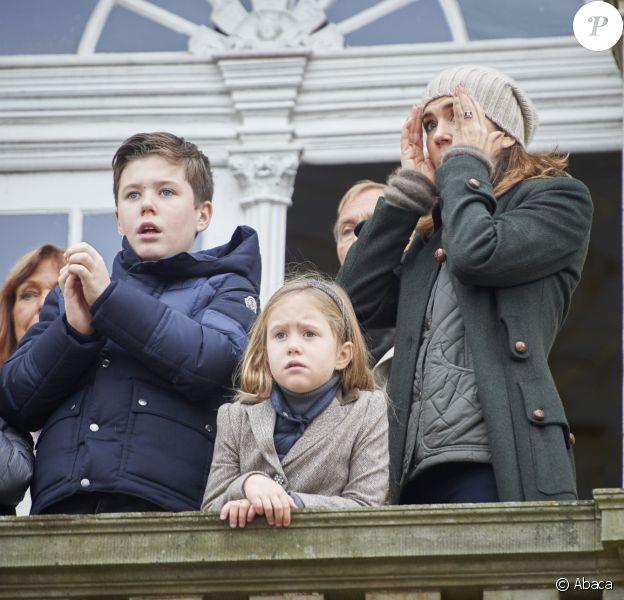 La princesse Mary de Danemark et ses enfants Vincent, Christian et Josephine sous le choc le 5 novembre 2017 au palais de l'Hermitage, au nord de Copenhague : un accident vient de se produire sous leurs yeux, lorsqu'un officiel de la course a été pris dans la cavalcade...