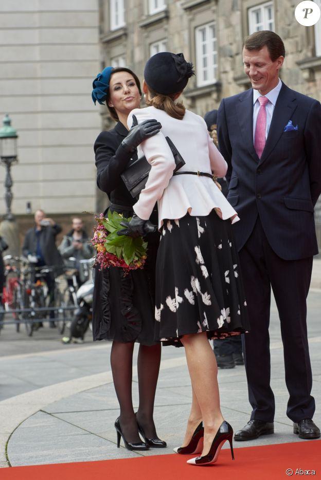La princesse Mary salue la princesse Marie et le prince Joachim de Danemark lors d'un gala à la salle de concert de Radio Danemark le 31 octobre 2017 à Copenhague pour la célébration du jubilé des 500 ans de la reformation.