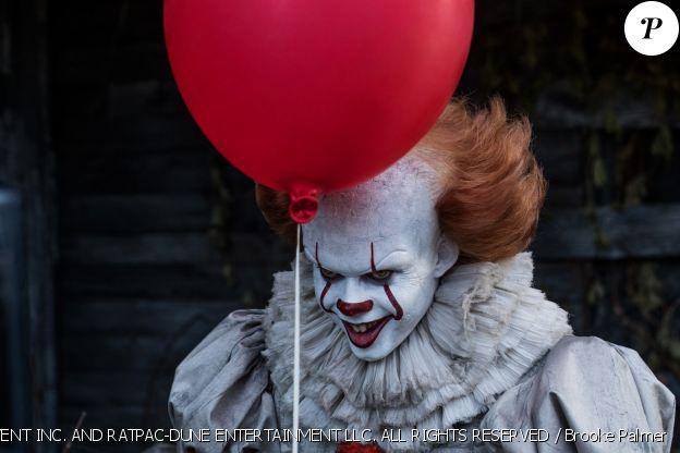 """Bill Skarsgard dans le rôle du clown Pennywise dans """"Ça"""", en salles depuis le 20 septembre 2017."""