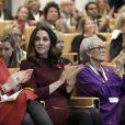 """""""La duchesse Catherine de Cambridge, enceinte de son troisième enfant avec le prince William et habillée d'une robe de la marque Goat, participait le 8 novembre 2017 à un forum organisé à Londres par l'association Place2Be dont elle est la marraine."""""""