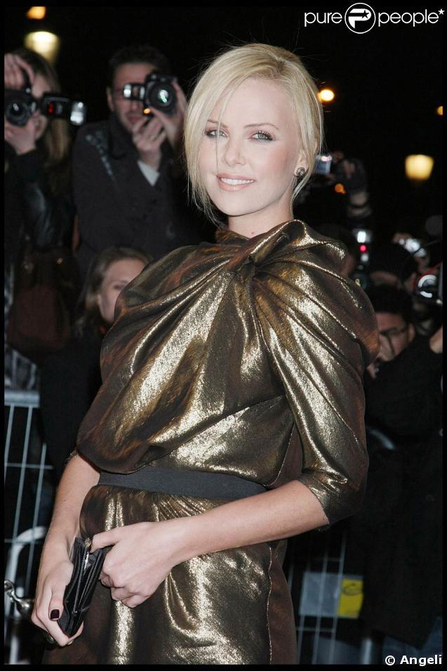 """Charlize Theron, le 2 mars 2009, sur les Champs-Elysées, à l'occasion de l'avant-première de """"Loin de la terre brûlée"""""""