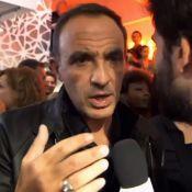 Nikos Aliagas fait de l'humour en soirée, avec deux Miss