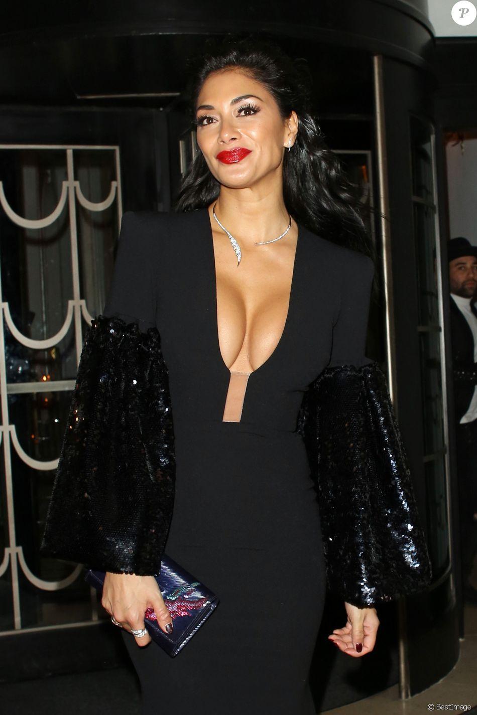 """Nicole Scherzinger toute poitrine dehors - People à la sortie de la soirée de gala """"Brilliant Is Beautiful"""" à Londres le 1er décembre 2017."""