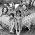 Serge Gainsbourg et Jane Birkin : pose détente à Saint-Tropez avec Kate (Barry) et Charlotte (Gainsbourg) en 1977