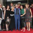 Charles Aznavour avec sa petite-fille Leila (chemisier vert), sa fille Katia (robe noire à fleurs), sa fille Seda (robe noire et ceinture blanche), son fils Nicolas (chemise blanche), Kristina Si (foulard rose) et des membres de sa famille lors de la remise de son étoile sur le Hollywood Walk of Fame à Los Angeles, le 24 août 2017.