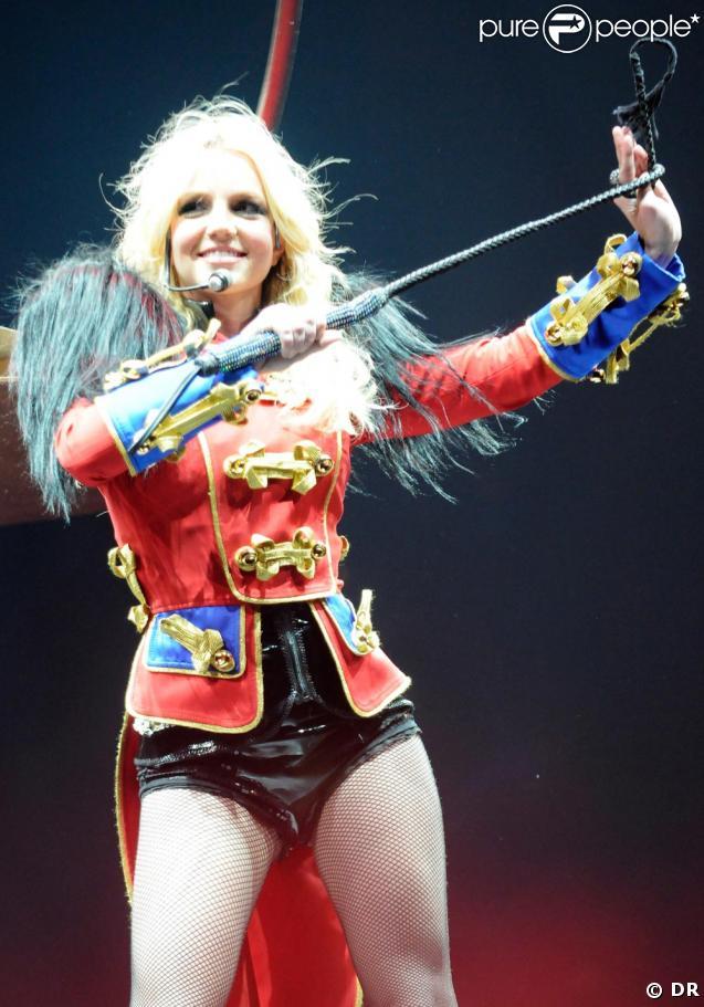 Britney Spears fabuleuse sur scène dans ses tenues Dsquared