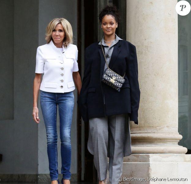 Brigitte Macron raccompagne la chanteuse Rihanna sur le perron du palais de l'Elysée, où elle a été reçue par le président, à Paris, le 26 juillet 2017 © Stéphane Lemouton / Bestimage