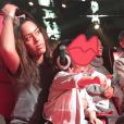 """Amel Bent et sa fille Sofia sur le tournage de """"The Voice Kids"""" le 22 décembre 2017."""