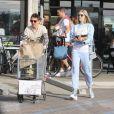 """Exclusif - Matt Bellamy et Elle Evans ont fait des emplettes chez """"Trancas Country Market"""" puis ont déjeuné à Malibu, le 22 décembre 2017, rentrés de leurs vacances de rêve dans les Îles Fidji, où le rockeur de Muse a demandé sa compagne en mariage."""