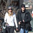 Paris Hilton et son compagnon Chris Zylka se promènent à Aspen, le 28 décembre 2017.
