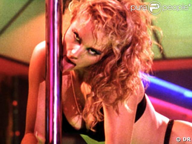 """La jolie Elizabeth Berkley, dans une scène de """"Showgirls"""", de Paul Verhoeven, sorti en 1995."""