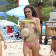 Alessandra Ambrosio passe du bon temps sur la plage de Florianopolis avec sa fille Anja et des amis. Brésil, le 2 janvier 2018.