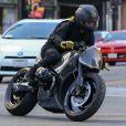 Exclusif - Brad Pitt au volant de sa moto dans les rues de Hollywood, le 7 décembre 2017
