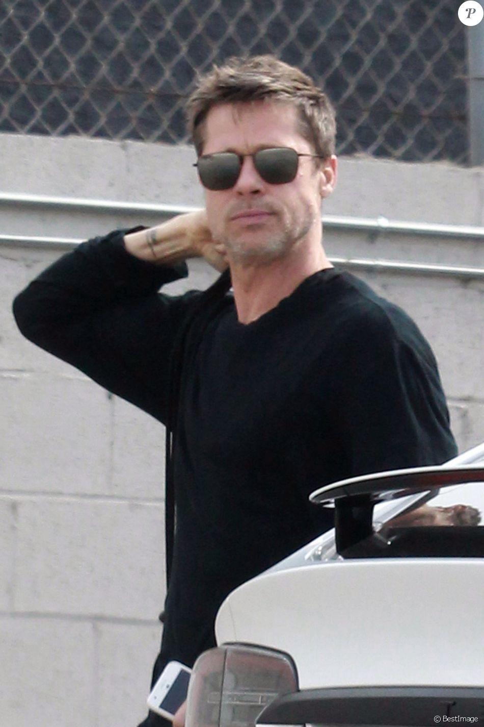 Exclusif - Brad Pitt vêtu tout de noir sort de sa Tesla après avoir fait du shopping à Los Angeles le 16 novembre 2017.