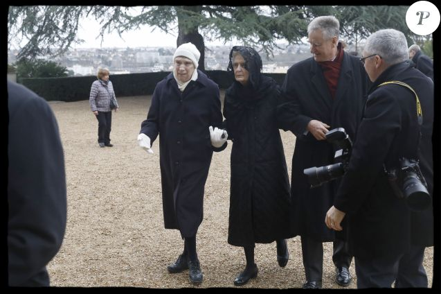 Semi-Exclusif - La duchesse de Montpensier et sa fille la princesse Blanche, handicapée, arrivant à la messe de requiem célébrée pour leur fils et frère le prince François d'Orléans lors de ses obsèques à la chapelle royale Saint-Louis à Dreux le 6 janvier 2018 © Alain Guizard / Bestimage