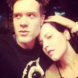 Dolores O'Riordan et son amoureux Olé Koretsky lors du réveillon du Nouvel An 2018. Elle collaborait depuis 2014 avec Olé et Andy Rourke de The Smiths aiu sein du groupe D.A.R.K, auteur de l'album Science Agrees (2016). Photo Instagram Olé Koretsky le 2 janvier 2018.