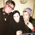 Dolores O'Riordan entre Andy Rourke (The Smiths) et son amoureux Olé Koretsky, photo Instagram du groupe D.A.R.K le 1er janvier 2017. Le trio collaborait depuis 2014 et a sorti en septembre 2016 l'album Science Agrees.