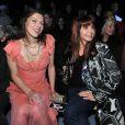 La comédienne espagnole Victoria Abril fait son show, ici avec Milla Jovovich, lors du défilé prêt-à-porter automne/hiver 2009-2010 de John Galliano, lors de la Fashion Week parisienne, le 11 mars 2009.