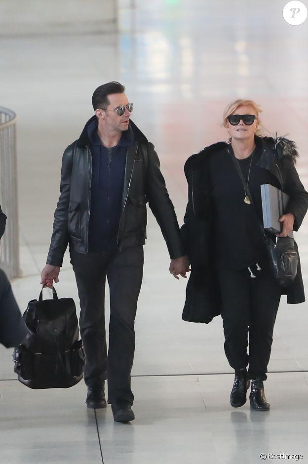 L'acteur Hugh Jackman et sa femme Deborra-Lee Furness arrivent main dans la main à Paris via l'aéroport de Roissy CDG le 16 janvier 2018.
