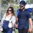 Exclusif - Jamie-Lynn Sigler, enceinte, et son mari Cutter Dykstra sont allés voir le match de baseball de leur fils Beau à Los Angeles. L'actrice porte une salopette en jean, le 18 novembre 2017.