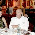 Paul Bocuse attablé avec le prince Emmanuel-Philibert de Savoie lors d'une soirée de gala à L'Abbaye de Collonges en novembre 2004.