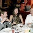 Paul Bocuse à table avec le prince Emmanuel-Philibert de Savoie lors d'une soirée de gala à L'Abbaye de Collonges en novembre 2004.
