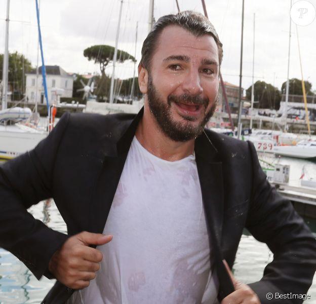 """Plongeon de Michaël Youn dans le port de La Rochelle lors du photocall de la série """"Mon frère bien aimé"""" au 18ème Festival de la Fiction TV. Le 15 septembre 2016"""