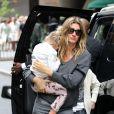 Gisele Bündchen et son mari Tom Brady se promènent avec leurs enfants Benjamin Brady et Vivian Lake Brady dans les rues de New York, le 15 mai 2016.