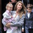 Gisele Bündchen en compagnie de son mari Tom Brady et de leurs enfants Benjamin Brady et Vivian Lake Brady se rendent à la messe à New York le 29 avril 2016.